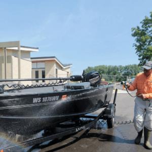 Washing boat - Photo: John Hart - Wisconsin State Journal