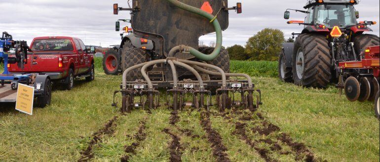 Low disturbance manure injector